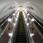 Почему поручни эскалатора движутся быстрее ступеней